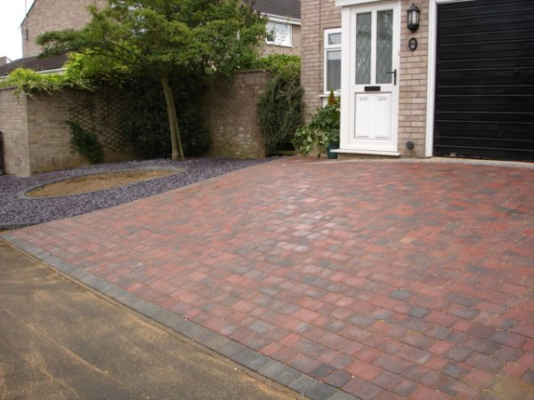Garden design gallery block paving drives patios for Gardens with decking and paving